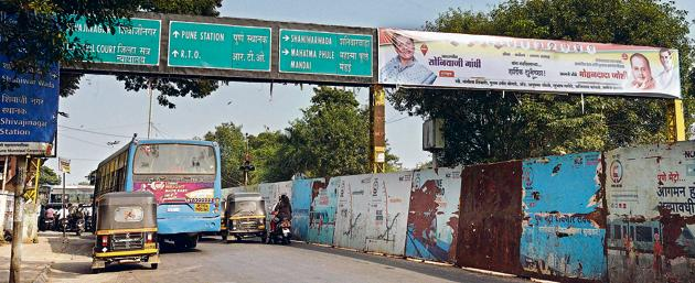 Innumerable illegal flexes, hoardings, banners and posters continue to deface the city's skyline and shows the lack of action on part of the officials concerned.(Pratham Gokhale/HT Photo)
