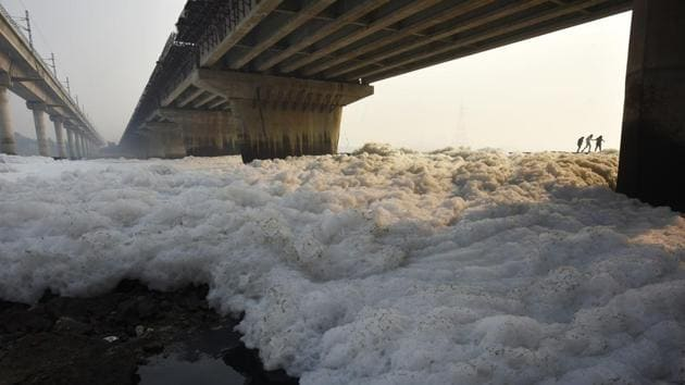 A view of pollution in river Yamuna in New Delhi.(Biplov Bhuyan/HT Photo)