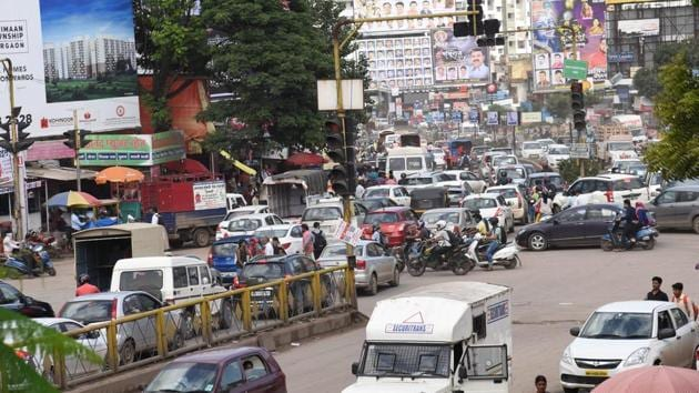 To address traffic chaos, the survey suggests that there should be separate lanes for cars, two-wheelers, cabs and autorickshaws, a fast lane for the four-wheelers operating on shared service basis and more Pune mahanagar parivahan mahamandal ltd (PMPML) buses on the roads.(HT PHOTO)