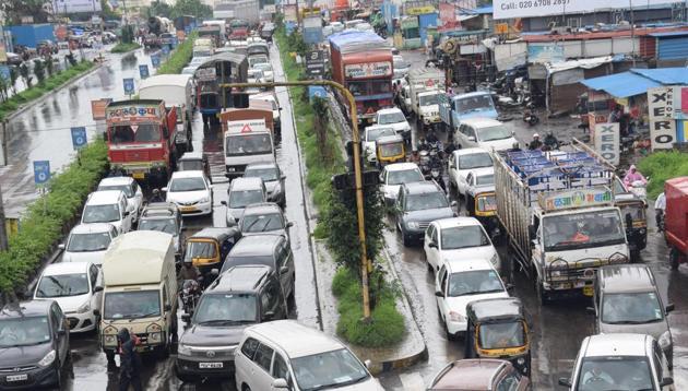 An average of 47,000 vehicles pass through Shivaji chowk towards Hinjewadi between 7am and 1pm every day.(HT FILE PHOTO)
