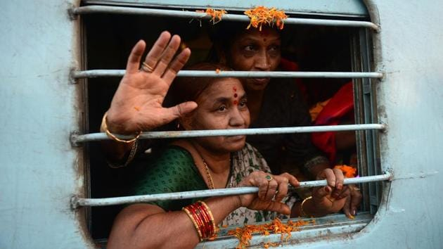 The railways is preparing to handle around 33-35 lakh pilgrims to Allahabad during the six days of the holy bath during the mela.(AFP)