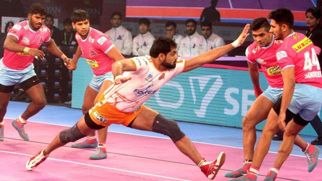 Jaipur Pink Panthers began their home leg with a comprehensive win as they beat Puneri Paltan 36-23.(PKL)