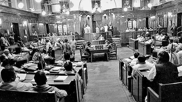The Delhi legislative assembly during a session in 1994. Left: Then Delhi lieutenant-governor PK Dave (left) and Madan Lal Khurana during the latter's swearing-in as the first Delhi chief minister in 1993.(HT Photo)
