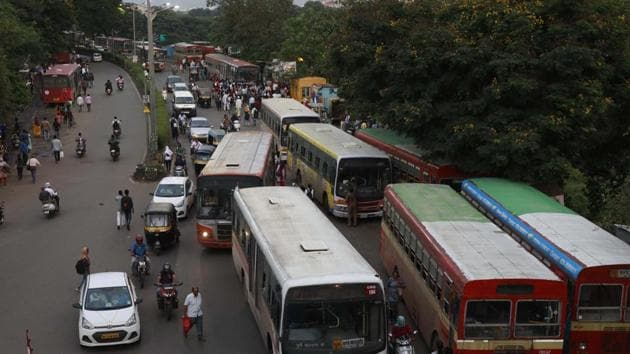 The city is currently facing an issue of shortage of buses plying on routes and its lack of frequency. Despite this being a major inconvenience, PMPML has decided to invest in e-buses instead of increasing the number of regular buses.(RAHUL RAUT/HT PHOTO)