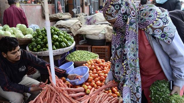 Twelve trucks of carrots arrived from Rajasthan on Sunday.(RAVINDRA JOSHI/HT PHOTO)
