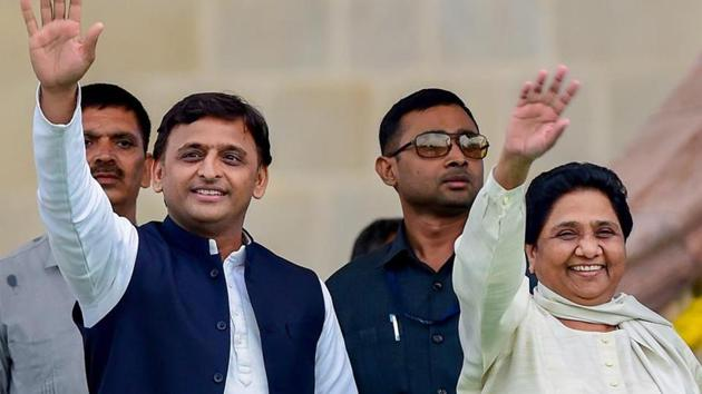 Samajwadi Party leader Akhilesh Yadav with Bahujan Samaj Party leader Mayawati.(PTI file photo)