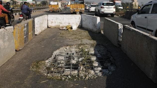 A portion of Rampura flyover caved in from Jaipur to Delhi side at National Highway 48 near sector-82/83, in Gurugram, on Monday, 17 December 2018.(Parveen Kumar / HT Photo)