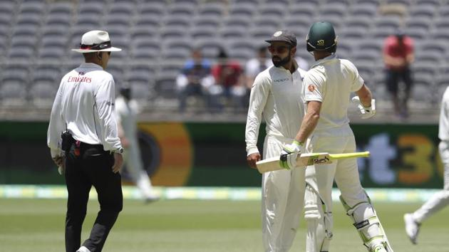 Virat Kohli (centre) and Tim Paine exchange a friendly banter during the second Test in Perth.(AP)