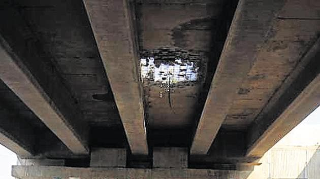 On Monday, a chunk of concrete fell from the flyover at Rampura Chowk in Gurugram, creating a hole on the road.(HT Photo)