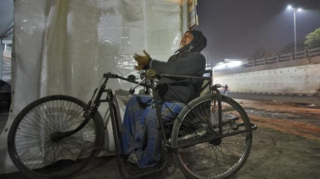 A homeless man outside a temporary shelter home, at Nizamuddin Basti, in New Delhi, on Tuesday, December 18, 2018.(Burhaan Kinu/HT PHOTO)