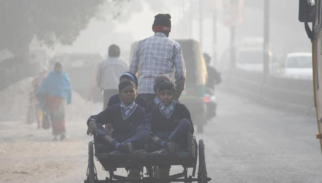 School children seen on their way to school on a cold winter morning, in Gurugram, India(Yogendra Kumar/HT PHOTO)