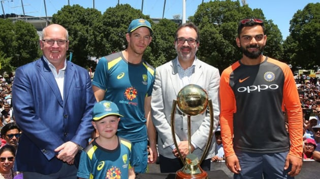 Virat Kohli and Tim Paine pose with the Border-Gavaskar trophy at the Indian Summer Festival in Melbourne on Sunday.(Twitter/BCCI)