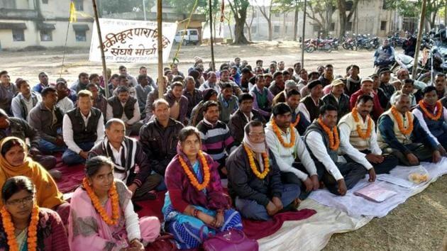 Para teachers sitting on fast at Barkatha in Hazaribagh, Jharkhand(HT Photo)