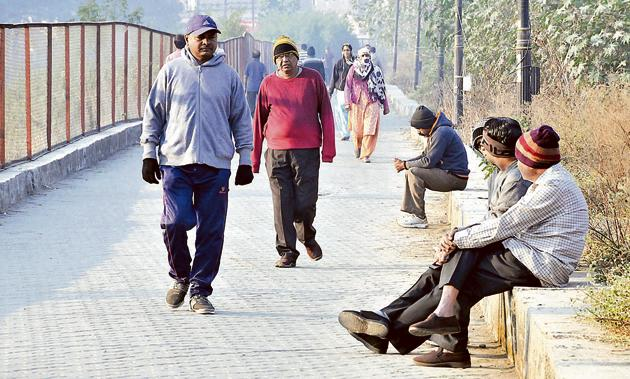 Pune residents taking a stroll on a cool winter morning.(HT/PHOTO)