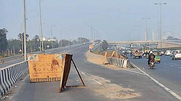 The flyover will help commuters travelling from Sukhrali, Sector 17/18 Road to take a U-turn to go towards MG Road and Rajiv Chowk without waiting at the Iffco Chowk junction.(Yogendra Kumar/HT)