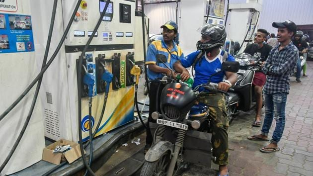 Petrol price in Delhi was cut to Rs 69.04 per litre from Rs 69.26 while diesel rates came down to Rs 63.09 from Rs 63.32 a litre(HT File Photo)