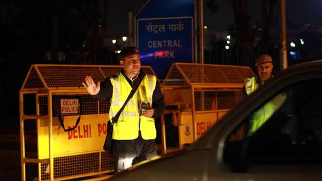 Traffic cops are on high alert to deal with offenders and excuses on New Year's Eve.(Shivam Saxena/HT)