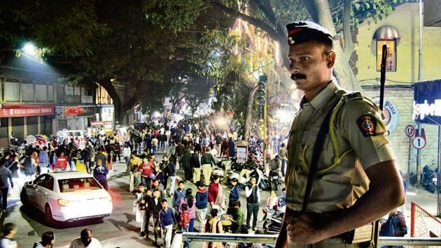 Popular thoroughfares like MG road here, were buzzing with Puneites on December 31, all ushering in the New Year under the watchful eye of the law.(Ravindra Joshi/HT PHOTO)