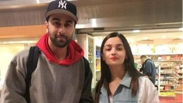 Alia Bhatt and Ranbir Kapoor welcomes the new year in New York with his parents, Rishi Kapoor and Neetu Singh.(Instagram)