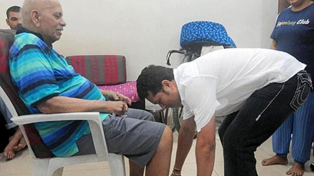 File image of Sachin Tendulkar touching feet of coach Ramakant Achrekar(Prakash Parsekar)