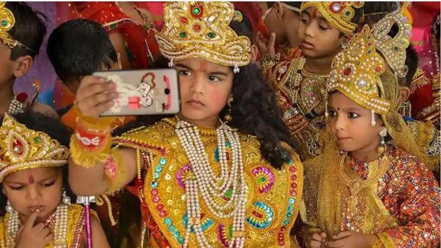 Children dressed as Lord Ram and Sita take a selfie during 'Diwali' celebrations in Ajmer.(HT File Photo)
