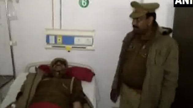 UP Police sub-inspector Manoj Kumar, who had become famous after shouting to mimic the sound of a gunshot after his pistol jammed during an encounter with criminals, in hospital for treatment after getting injured in an encounter on Friday.(ANI/Twitter)