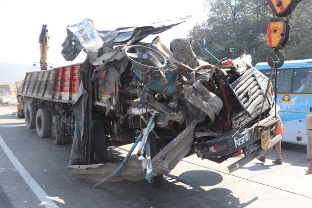 In a major e-way accident four people, including three from Pune, died while five others suffered injuries after a truck loaded with cement bags fell on three other cars.(HT/PHOTO)