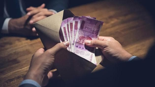 The economic offences wing (EOW) of the Pune police in a view to tightening the reins arrested 22 top fraudsters in different cases including DSK case, Temple Rose Scam, Rawat Bhisi, Citrus case, a scam in Kalyani Urban Co-Op and Credit Society.Ltd and allured Rs 3,355 crore as well as seized Rs 3.74 crore in different cases in 2018.(HT REPRESENTATIONAL PHOTO)