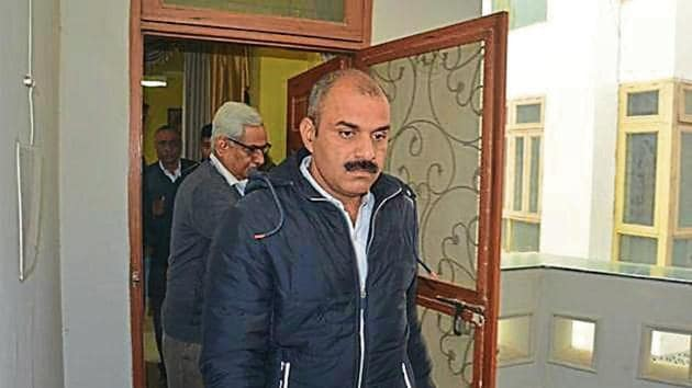 Officials during a CBI raid conducted on Saturday(HT Photo)