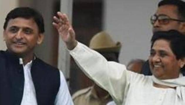 Samajwadi Party leader Akhilesh Yadav along with Bahujan Samaj Party chief Mayawati during the swearing-in ceremony of HD Kumarswamy as the 24th chief minister of Karnataka. By tentatively allying together in the bypolls of 2017, the SP-BSP smelled blood and recognised the potential of their partnership.(Arijit Sen/HT Photo)