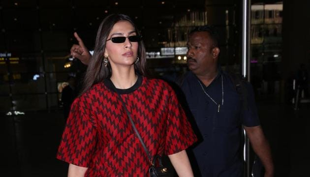 Sonam Kapoor spotted at the Mumbai airport.(Viral Bhayani)