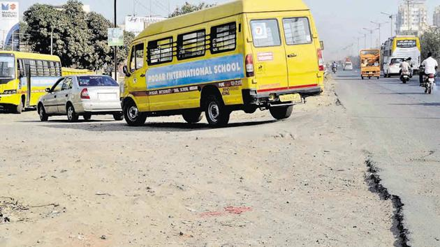 The road in a poor state near the Podar international School on the Katraj -Dehuroad bypass is causing inconvenience to students.(RAVINDRA JOSHI/HT PHOTO)