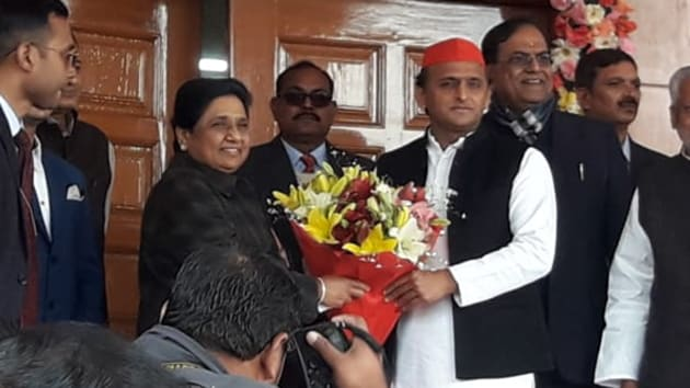 Akhilesh Yadav called on Mayawati at her residence in Lucknow to greet her on her birthday.(HT Photo)