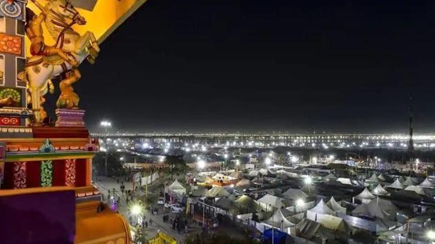 Kumbh Mela 2019: A tent city has sprung up along the river in Prayagraj, with pilgrims camped around a 45-square kilometre zone.(Ravi Choudhary/PTI)