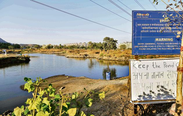The lake at Sector at 35 in Kharghar, which has turned into a dump yard, is slowly being revived.(Bachchan Kumar/Hindustan Times)
