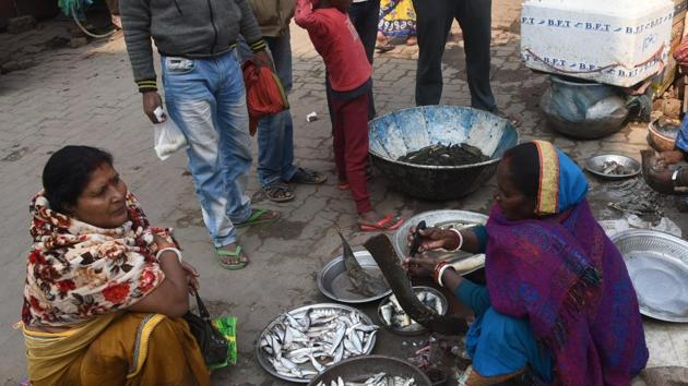 Ban or NO ban fish business continued in several parts of state capital on Thursday. The state government following protests lifted ban on sale of live fishes. in Patna Bihar India on Thursday.(Santosh Kumar/HT Photo)