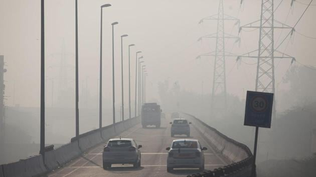 Indian commuters drive amidst heavy smog along a road in New Delhi on January 17, 2019.(AFP)
