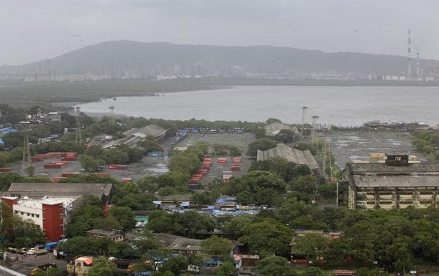 The eastern waterfront is almost four times the size of Girangaon (243 hectares), the erstwhile mill land area in central Mumbai, which was opened for development nearly 15 years ago.(Hindustan Times)