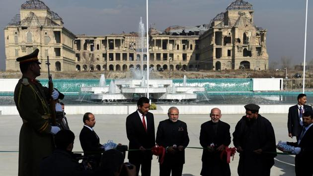 Indian Prime Minister Narendra Modi (C-L) and Afghan president Ashraf Ghani (C-R) cut the ribbon during the inauguration of the new Parliament complex, located across from the ruins of the Darulaman Palace, Kabul, December 25, 2015.(AFP)