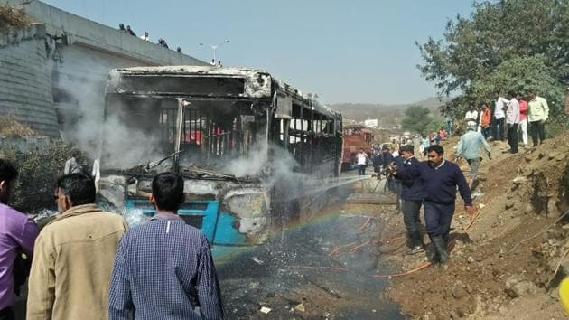 A PMPML bus which was travelling from Katraj to Nigdi caught fire at Warje on Wednesday.(HT PHOTOS)