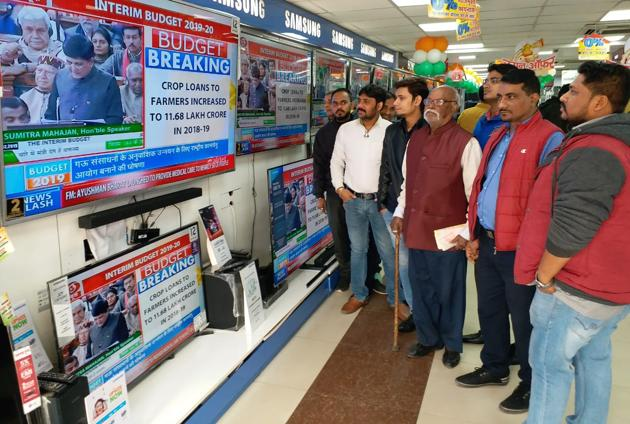 People watching union Interim budget at the shop in Patna on Friday, February 1, 2019.(AP Dube / HT Photo)