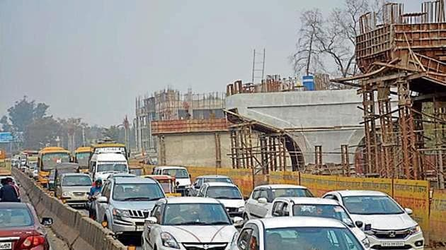 A view of the construction of the RRTS project on the Delhi-Meerut Road in Ghaziabad.(Sakib Ali/HT Photo)
