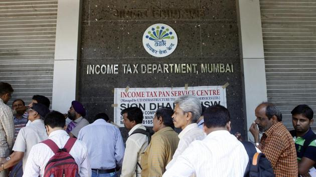 People stand in queue to file their IT returns on last day of financial year outside Income Tax office at BKC, Bandra in Mumbai, India, on Tuesday, March 31, 2015.(Hindustan Times file photo)