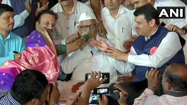 Social activist Anna Hazare, 81, has called off his fast, Maharashtra chief minister Devendra Fadnavis said, adding that government has accepted his demands.(ANI/Twitter)