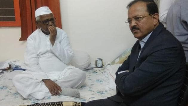 Union minister of state Subhash Bhamre met activist Anna Hazare at Ralegan Siddhi in Pune, on Monday, February 4, 2019,t o dissuade him from continuing with his hunger strike.(HT Photo)