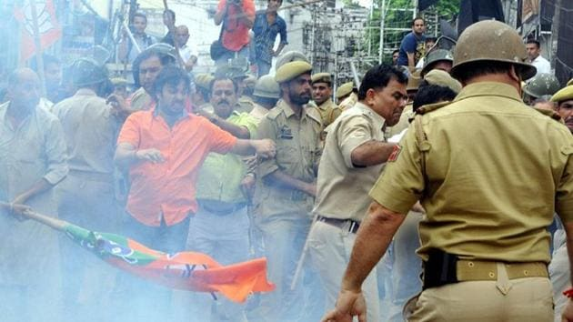 The youth wing of the Bharatiya Janata Party (BJP) in Odisha on Thursday clashed with the police while marching towards the state Assembly. (Nitin Kanotra /HT Photo)(HT Photo)