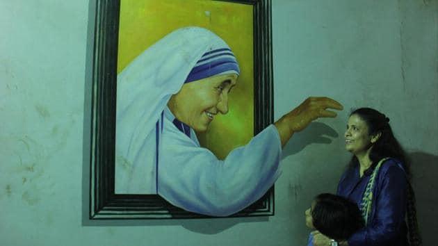 Childrens take selfies with Mother Teresa 3D painting at Amusement Park, Borivali in Mumbai, India. Image for representation.(Hindustan Times file photo)