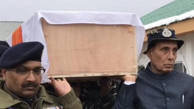 Union Home Minister Rajnath Singh lending shoulder to the coffin of one of the jawans killed in Pulwama terror attack.(Photo: Twitter/@rajnathsingh)