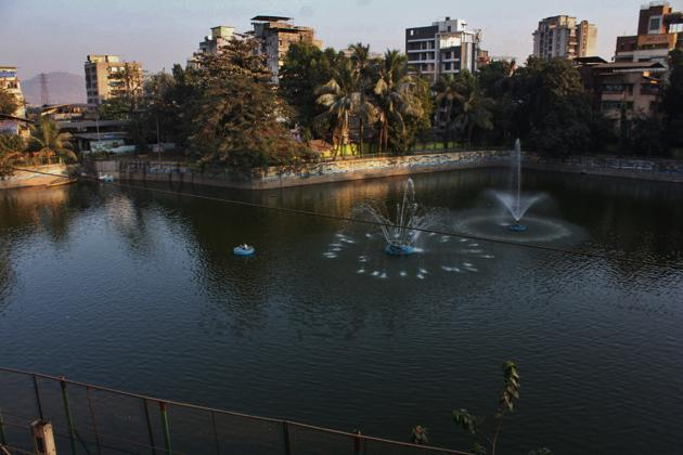 The Hariyali lake at Kopri has been revamped in the first phase of the project. It has got promenades, proper railings and fountains in the middle of the lake.(Praful Gangurde/ HT)