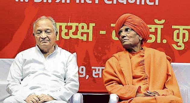 (From L) Justice PB Sawant (retd) and Swami Agnivesh during the 'Matdar Jagruti Parishad' conference on Sunday at Ganesh kala Krida Manch.(Rahul Raut/HT PHOTO)